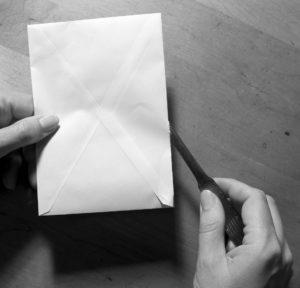 Brieföffner mit Kuvert und Hand